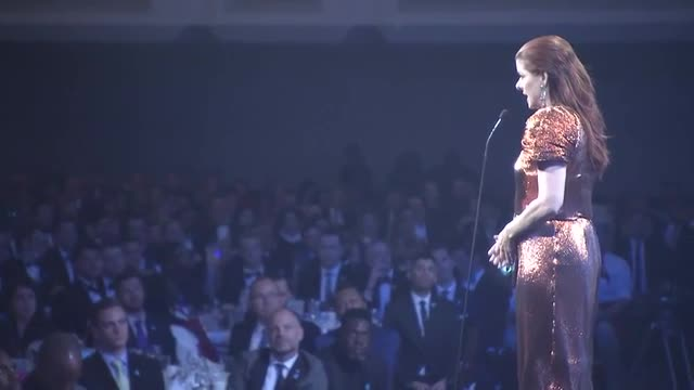 """Debra Messing Bashes White House in GLADD Acceptance Speech """"Time to Make America Gay Again'"""
